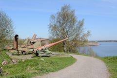 Fyra kanoner som pekar ut över vattnet från Suomenlinna Arkivfoto