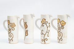 fyra keramiska tillbringare för stengods med vit bakgrund royaltyfri foto