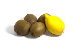 Fyra kiwi och citron på en vit bakgrund, sidosikt Arkivbild