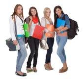 Fyra kvinnliga studenter royaltyfria bilder