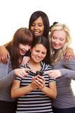 fyra kvinnor för meddelandeavläsningstext Royaltyfri Foto