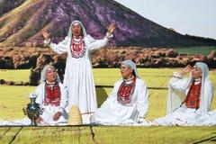Fyra kvinnor i traditionella Tatar klänningar Royaltyfri Foto