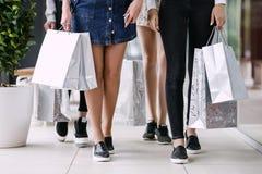 Fyra kvinnor med mycket shoppingpåsar royaltyfria foton