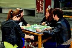 Pixian gammal Town, Kina: Kvinnor som leker Mahjong royaltyfria foton
