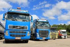 Fyra lastbilar på en gård Arkivfoton
