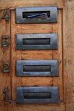 Fyra lilla nummeraskar med nummer Arkivbild