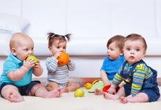 fyra litet barn Arkivfoto
