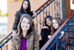 Fyra lyckliga teen flickavänner Royaltyfri Foto