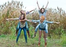 Fyra lyckliga teen flickavänner som har roligt utomhus Royaltyfria Foton
