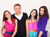 Fyra lyckliga tonåriga vänner Arkivfoto