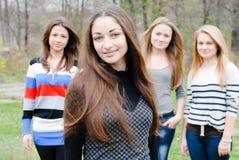 Fyra lyckliga tonårs- vänner arkivfoton