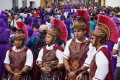 Fyra män med soldaten kostymerar anseende på processionen av San Bartolome de Becerra, Antigua, Guatemala Royaltyfria Bilder