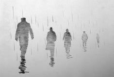 Fyra män som går tillbaka in i avståndet Arkivbilder