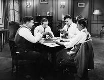 Fyra män som spelar kort (alla visade personer inte är längre uppehälle, och inget gods finns Leverantörgarantier att det ska fin Royaltyfri Bild