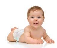 Fyra månad behandla som ett barn det begynnande barnet flickan i liggande lyckligt le för blöja Arkivbilder