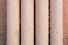 Fyra metallrör som målas med rosa färgmålarfärg Fotografering för Bildbyråer