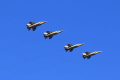 Fyra MiG-31BM i flykten på blå himmel för bakgrund Royaltyfri Bild