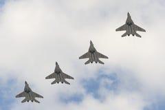 Fyra militärt flygplan MiG-29 som flyger över den röda fyrkanten Arkivfoton