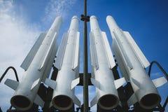 Fyra missiler mot klar blå himmel Vapnet är klart till kriget royaltyfri bild