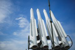 Fyra missiler mot klar blå himmel Vapnet är klart till kriget Copyspace arkivbild