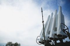 Fyra missiler mot klar blå himmel Vapnet är klart till kriget Copyspace arkivfoton