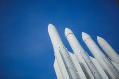 Fyra missiler mot klar blå himmel Vapnet är klart till kriget Copyspace royaltyfri fotografi
