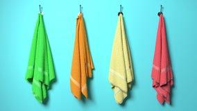 Fyra mjuk bomull, fluffiga färgrika handdukar som hänger på ett ljus - blå vägg vektor illustrationer