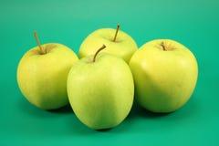 Fyra mogna gröna äpplen Royaltyfri Fotografi