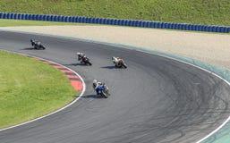 Fyra motorcyklister på huvudvägen Motoarena i Tyskland Royaltyfri Bild