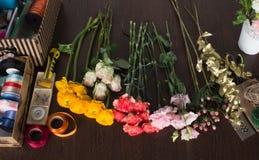Fyra olika typer av blommor på tabellen Arkivbild