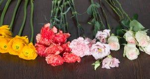 Fyra olika typer av blommor på tabellen Arkivbilder