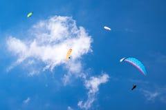 Fyra paragliders i himmel Arkivbilder