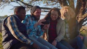 Fyra personer som sitter se bilder