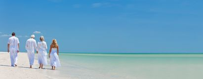 Fyra personer, två pensionärer, familjpar som går på tropiskt, är arkivfoto