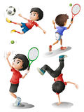 Fyra pojkar som spelar olika sportar Royaltyfri Foto