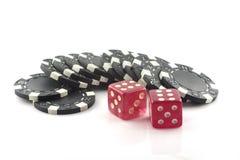 Fyra pokerchiper som isoleras på vit bakgrund Arkivfoton