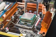 Fyra processorer i ett gammalt och dammigt modigt moderkort Arkivbilder