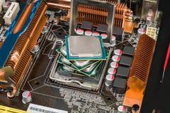 Fyra processorer i ett gammalt och dammigt modigt moderkort Arkivfoton