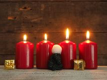 Fyra röda Adventstearinljus Royaltyfri Foto