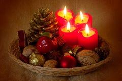 Fyra röda Adventstearinljus. Arkivbild