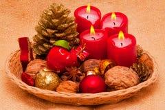 Fyra röda Adventstearinljus. Royaltyfri Foto