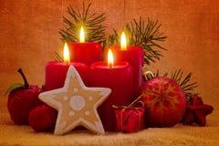 Fyra röda adventstearinljus. Fotografering för Bildbyråer