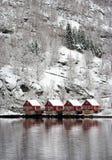 Fyra röda hus i Norge Arkivbild