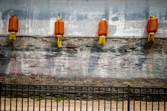 Fyra röda kinesiska lyktor mot en fläckig vägg royaltyfri fotografi
