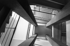 Fyra rektangulära kolonner, trappuppgångar med metallkromräcket, abstrakt perspektiv i architectur Royaltyfri Foto