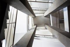 Fyra rektangulära kolonner, trappuppgångar med metallkromräcket, abstrakt perspektiv i architectur Arkivfoton