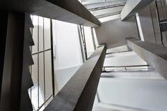 Fyra rektangulära kolonner, trappuppgångar med metallkromräcket, abstrakt perspektiv i architectur Royaltyfria Foton