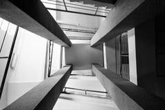 Fyra rektangulära kolonner, trappuppgångar med metallkromräcket, ljust ljus från fönstret, abstrakt perspektiv i architectur Royaltyfri Foto