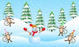 Fyra roliga apor och snögubbe i en vinterskog Royaltyfri Foto