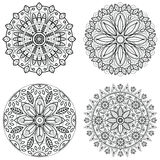 Fyra runda prydnader - vårblomma Mandalauppsättning för färgläggningbok Den abstrakta vektorn snör åt designer Arkivfoto